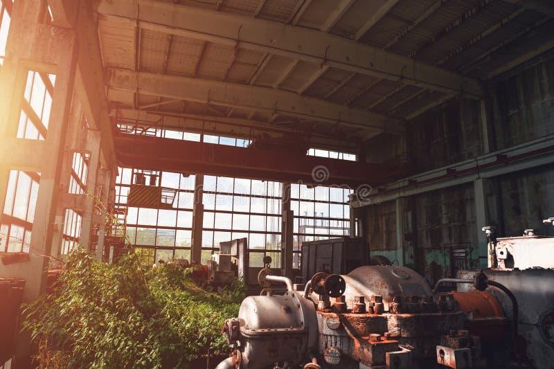 Almacén espeluznante industrial abandonado dentro del edificio oscuro viejo de la fábrica del grunge con el equipo oxidado de ace imágenes de archivo libres de regalías