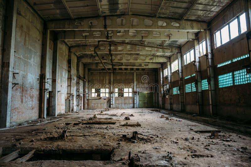 Almacén industrial abandonado en la fábrica arruinada del ladrillo, interior espeluznante, perspectiva imágenes de archivo libres de regalías