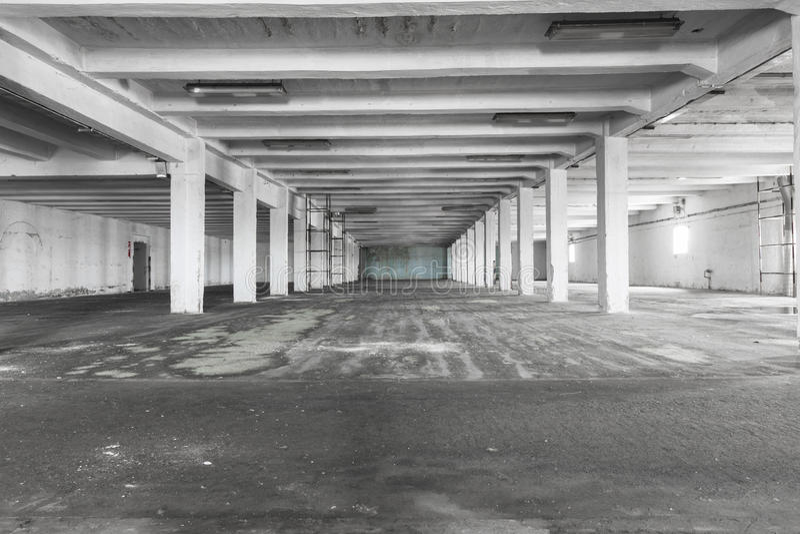 Almacén industrial vacío viejo interior, luz brillante imagen de archivo