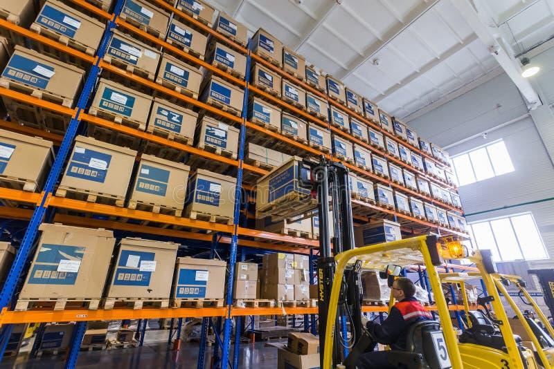 Almacén moderno grande de LADA-IMAGE con las carretillas elevadoras para los recambios del vehículo del almacenamiento foto de archivo libre de regalías