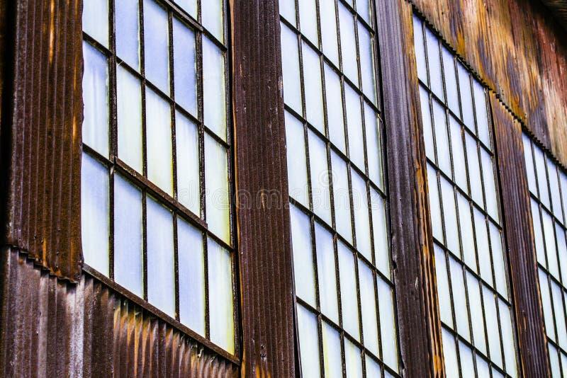Almacén y ventanas aherrumbrados en Cass West Virginia imágenes de archivo libres de regalías