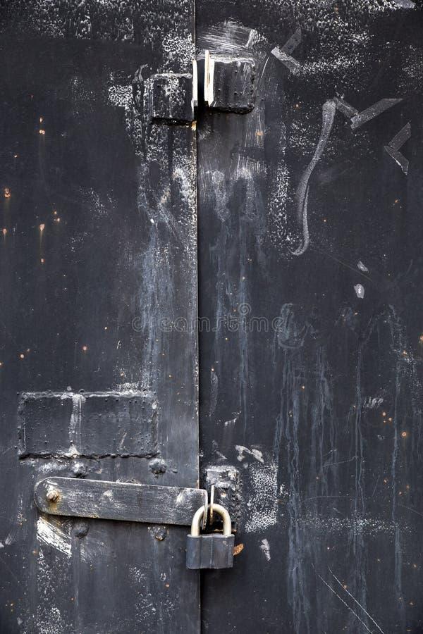 Almac?n viejo de la puerta del metal, hangar, garaje Planche la puerta fotografía de archivo libre de regalías