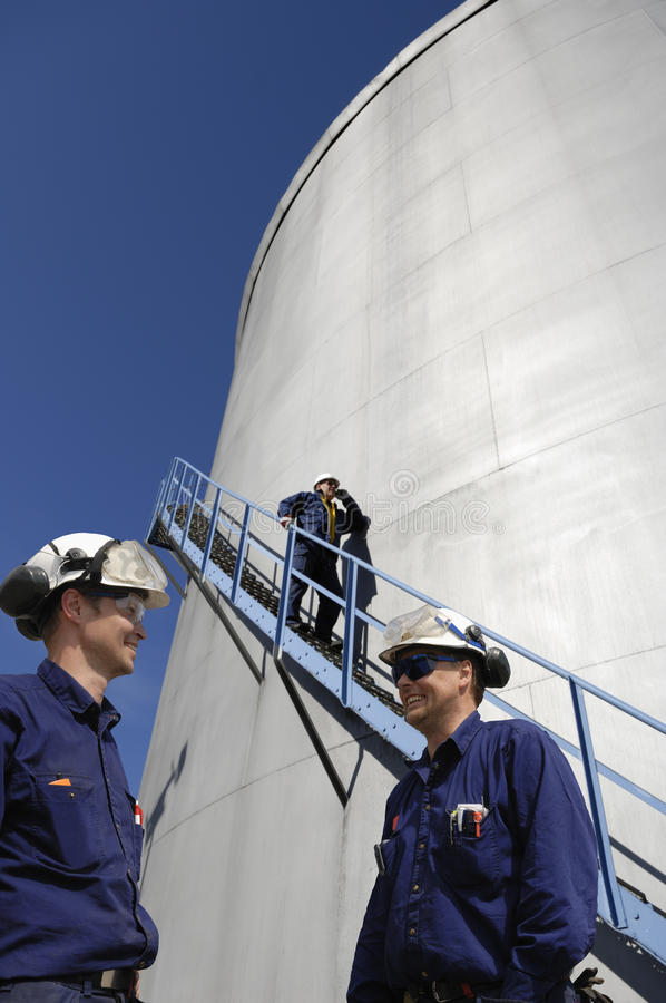 Almacenaje de los trabajadores y de combustible de la refinería imagen de archivo