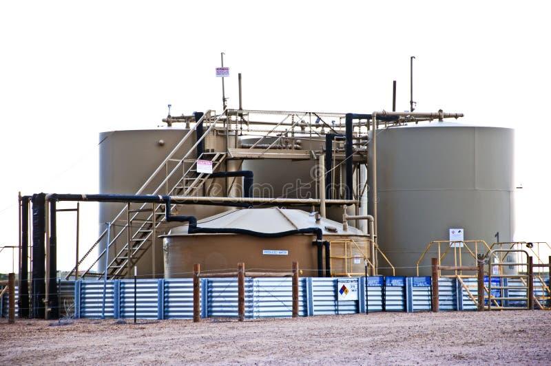 Almacenaje del petróleo y del agua en una localización del pozo de petróleo fotografía de archivo libre de regalías