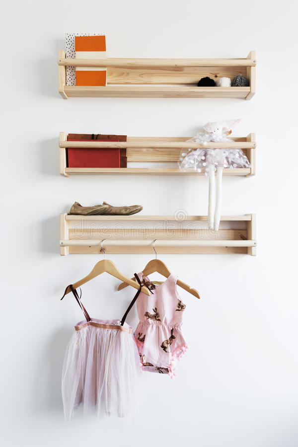 Almacenamiento bonito del estante de los juguetes en un dormitorio del ` s de la chica joven imagen de archivo