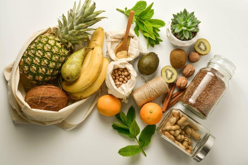 Almacenamiento cero de la comida inútil Frutas y cereales en los bolsos de la materia textil del eco, fondo blanco Copie el espac imagen de archivo libre de regalías