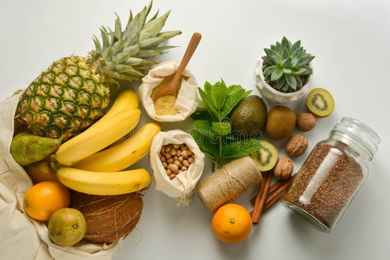 Almacenamiento cero de la comida inútil Frutas y cereales en los bolsos de la materia textil del eco, fondo blanco Copie el espac imágenes de archivo libres de regalías