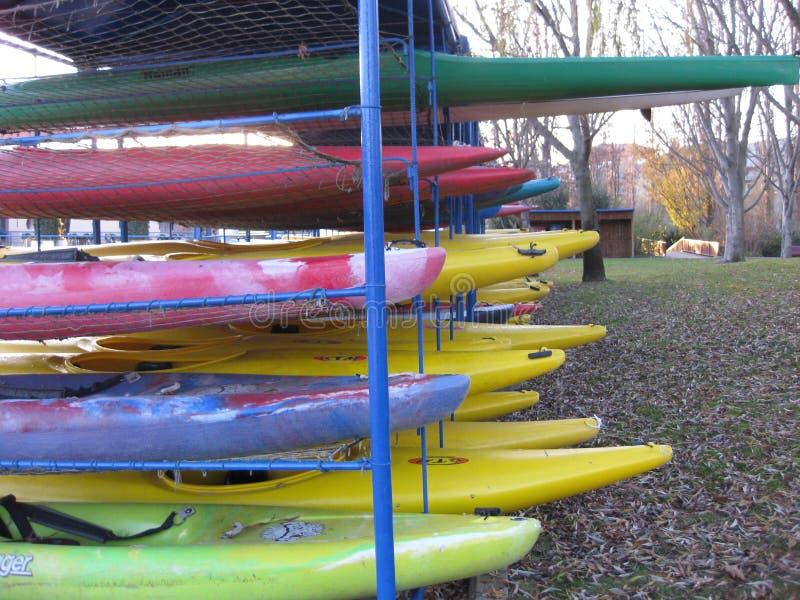 Almacenamiento de canoas y de kajaks imagen de archivo libre de regalías