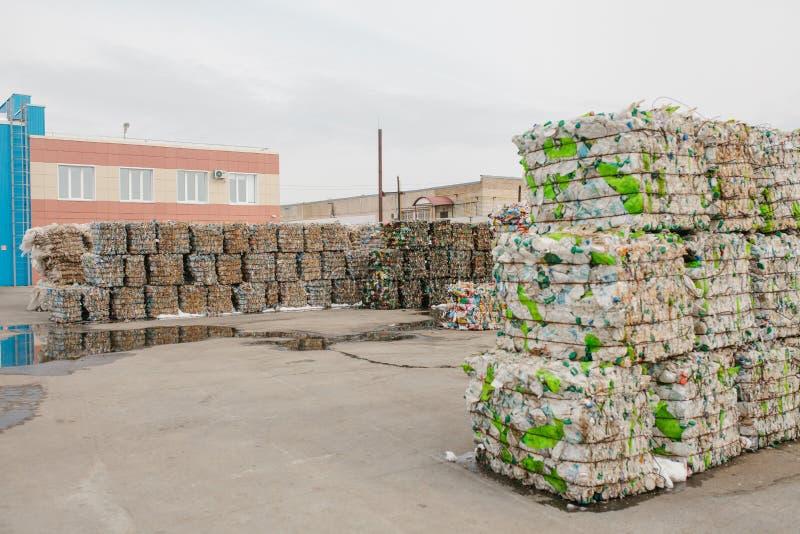 Almacenamiento de la basura clasificada en una planta de tratamiento inútil imagen de archivo libre de regalías