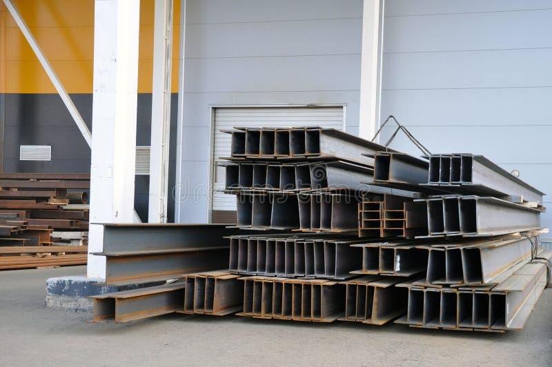 Almacenamiento del metal del negocio en el almacén de la planta para la producción de estructuras del metal debajo de una vertien fotos de archivo
