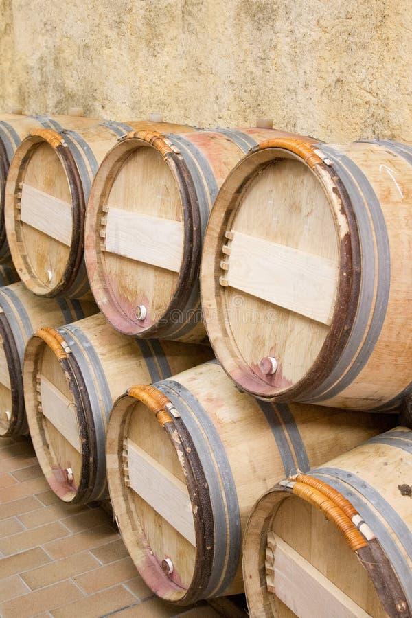 almacenamiento del vino de madera del sótano del barril fotos de archivo libres de regalías