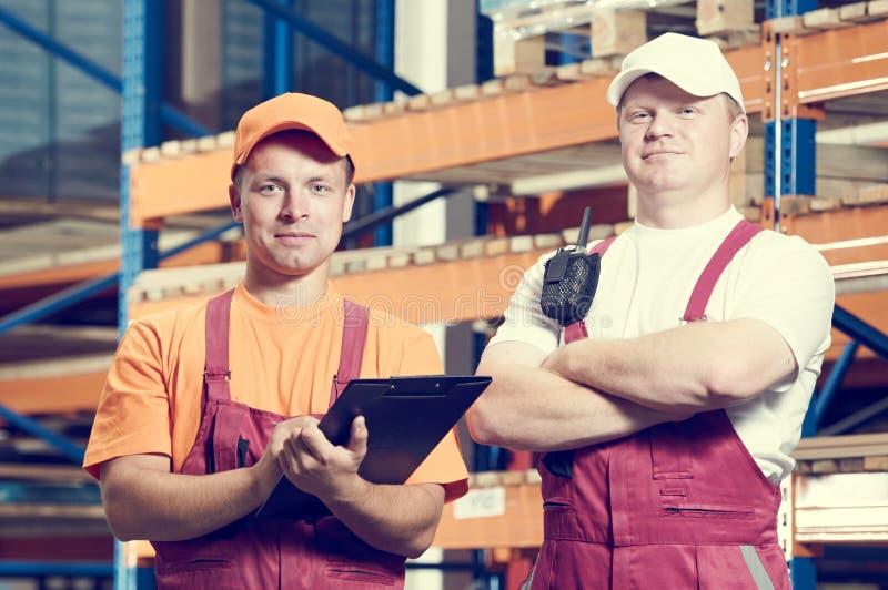 almacenamiento Dos trabajadores del almacén imagen de archivo