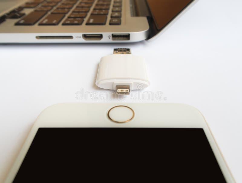 Almacenamiento externo que transfiere con iPhone y Macbook foto de archivo libre de regalías