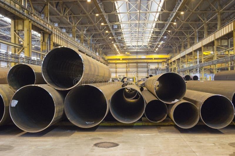 Almacenamiento interior con las tuberías de acero, taller de la planta fotografía de archivo
