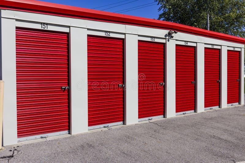 Almacenamiento numerado del uno mismo y mini unidades del garaje del almacenamiento I fotos de archivo