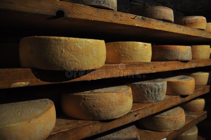 Almacenamiento tradicional del envejecimiento de la cueva del queso italiano del valle de Aosta fotos de archivo