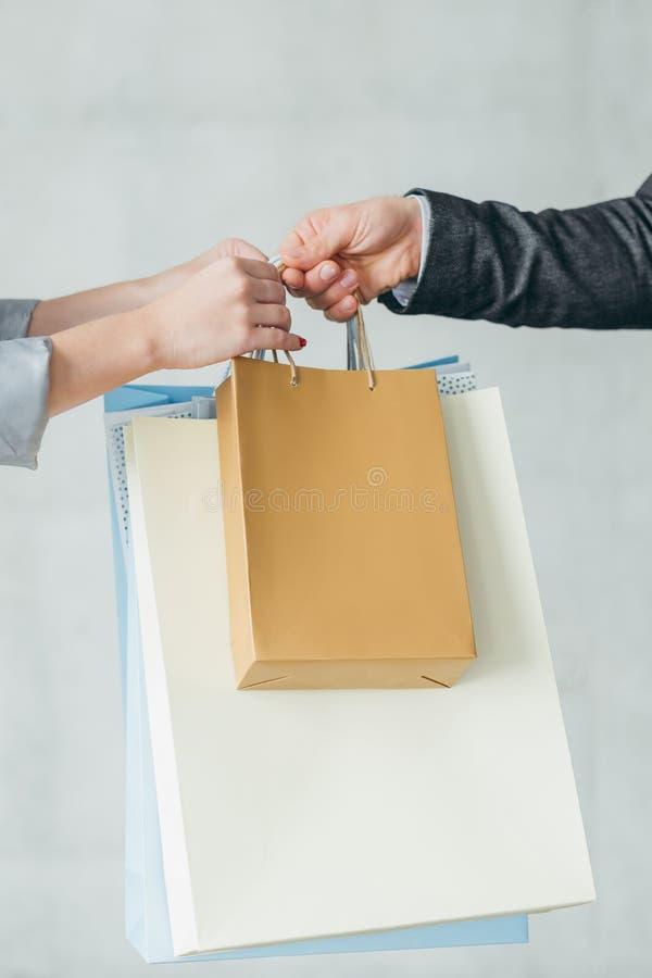 Almacene al cliente de los bolsos del paso del hombre de las compras de la entrega foto de archivo