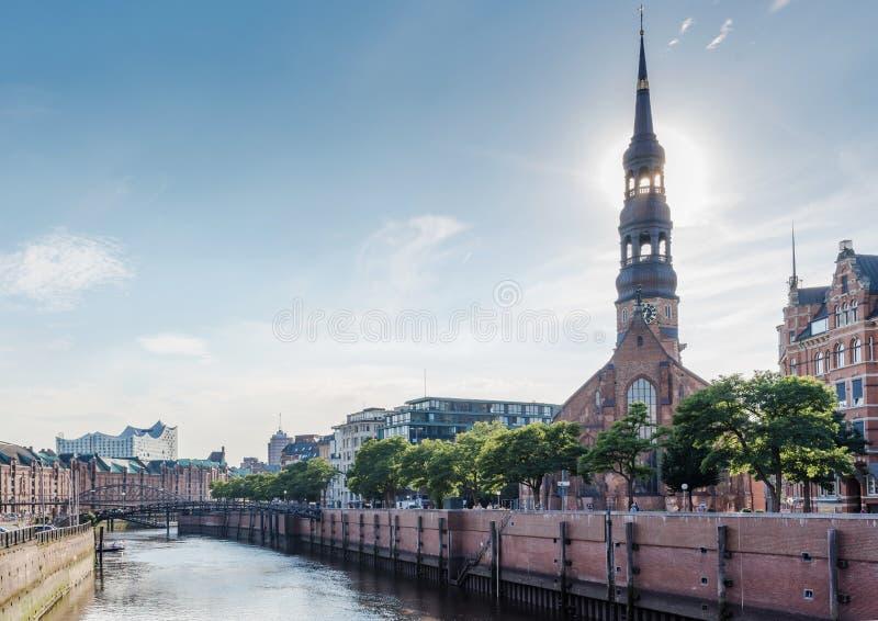 Almacene el distrito Speicherstadt en Hamburgo, Alemania debajo del cielo claro del verano imagen de archivo libre de regalías