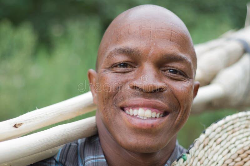 Almacene la fotografía de un vendedor surafricano sonriente de la escoba de la pequeña empresa del empresario fotografía de archivo libre de regalías