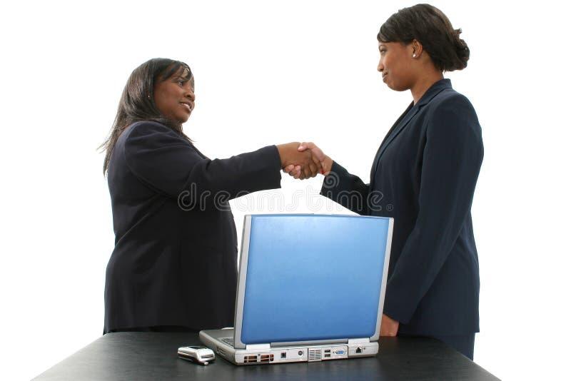 Almacene la fotografía: Dos mujeres de negocios hermosas del afroamericano imagen de archivo libre de regalías