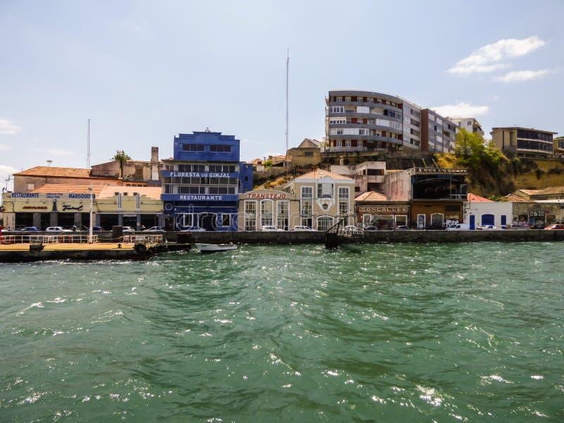 ALMADA, PORTUGAL - 20 JUILLET 2017 : Vieux bâtiments et restaurants au petit village de Cacilhas dans Almada photo stock