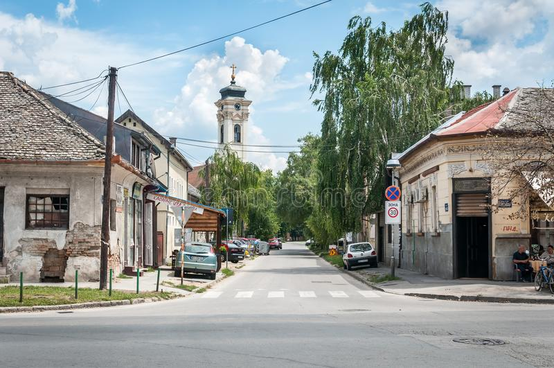 Almas del av staden som byggs i 1718 med klockatornet för ortodox kyrka i bakgrunden och de gamla husen royaltyfri foto