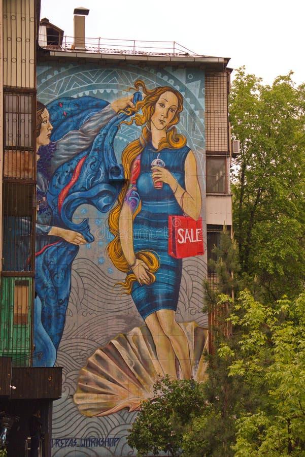 Almaty, Cazaquistão - 1º de maio de 2019: Pintura colorida na construção na cidade imagens de stock