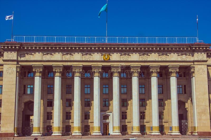 ALMATY, CAZAQUISTÃO - 16 de abril de 2016: Casa velha do governo em Alm imagem de stock