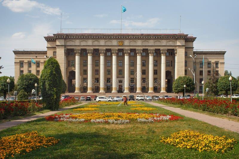ALMATY, CAZAQUISTÃO - 27 DE JULHO DE 2017: A construção da universidade Cazaque-britânica fotografia de stock