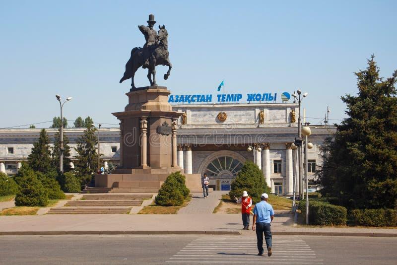 ALMATY, CAZAQUISTÃO - 27 DE JULHO DE 2017: Vista da construção principal da estrada de ferro central de Almaty foto de stock