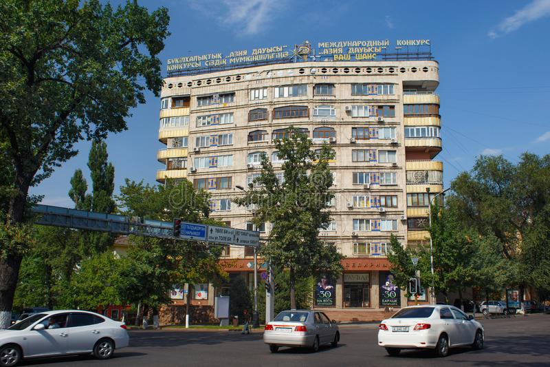ALMATY, CAZAQUISTÃO - 27 DE JULHO DE 2017: Vista de essa das construções residenciais velhas no centro de Almaty no verão fotografia de stock royalty free