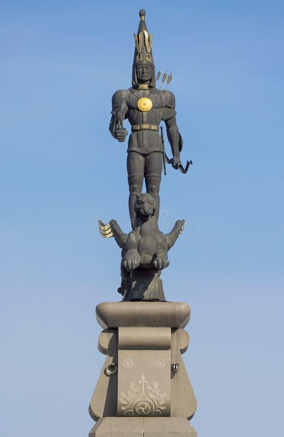 Almaty - escultura do guerreiro dourado fotos de stock royalty free
