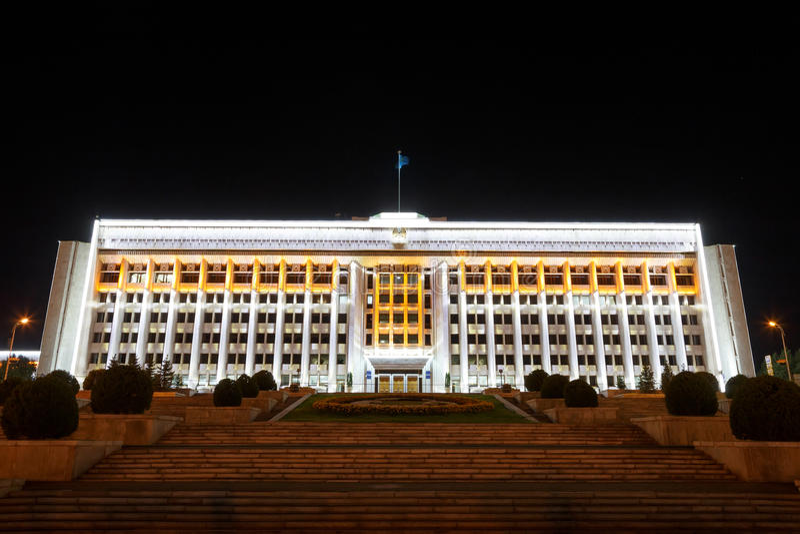 Almaty, il Kazakistan - 29 agosto 2016: Città Akimat di Almaty notte fotografia stock