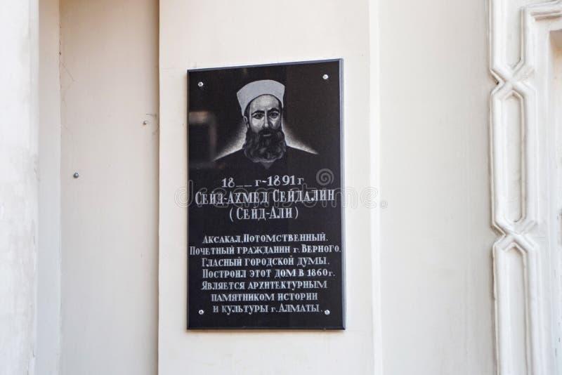 ALMATY, IL KAZAKISTAN - 27 LUGLIO 2017: Bordo commemorativo del Seid-Ahmet Seydalin sulla parete di costruzione storica immagine stock