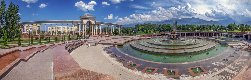 ALMATY, IL KAZAKISTAN - 10 LUGLIO 2016: Panorama del primo parco del ` s di presidente fotografia stock