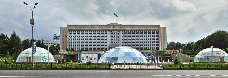 Almaty, Kasachstan - das Gebäude der Stadtverwaltung an stockfotografie