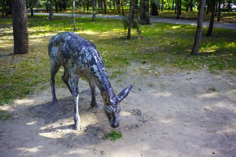 ALMATY, KASACHSTAN - 27. JULI 2017: Alte Shabby-Skulptur von Hirschen im 28 Panfilov Stadtpark lizenzfreies stockbild