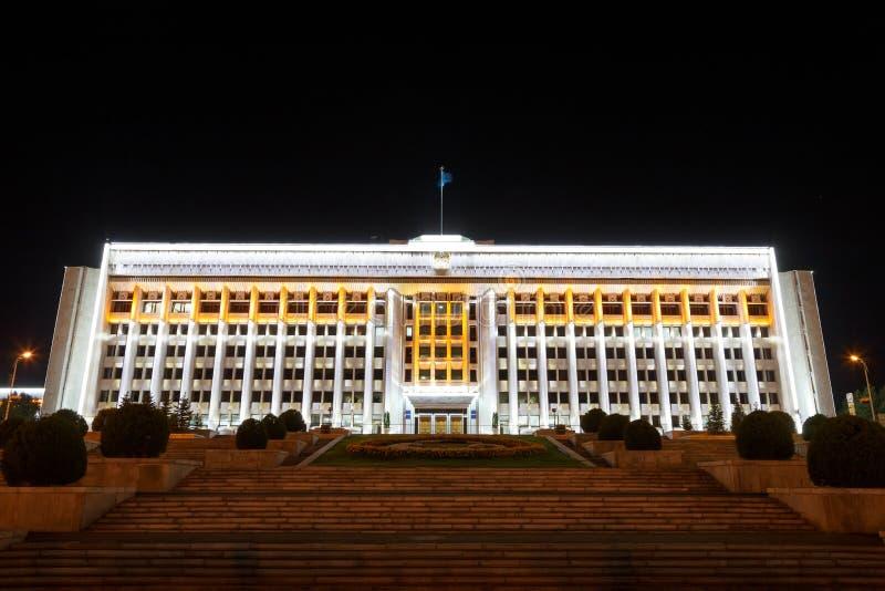 Almaty Kasakhstan - Augusti 29, 2016: Almaty stad Akimat natt arkivbild