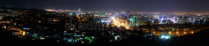 Almaty Kasakhstan - Augusti 27, 2016: Panorama av natten Almaty royaltyfri foto