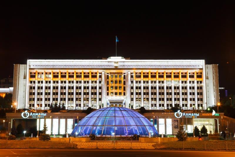 Almaty Kasakhstan - Augusti 29, 2016: Shoppinggalleria Almalyoch arkivbilder