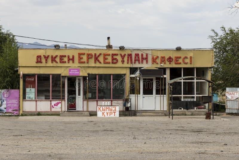 Almaty Kasakhstan, Augusti 7 2018: Traditionella gamla shoppar i en liten by i Kasakhstan royaltyfri foto