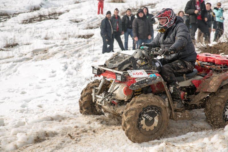 Almaty Kasakhstan - Februari 21, 2013. Av-väg som är tävlings- på jeeps, bilkonkurrens, ATV. Traditionell race