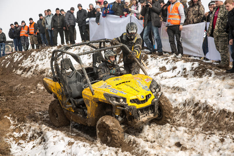 Almaty Kasakhstan - Februari 21, 2013. Av-väg som är tävlings- på jeeps, bilkonkurrens, ATV. Traditionell race arkivbild