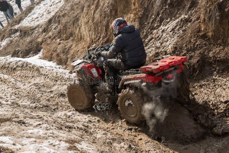 Almaty Kasakhstan - Februari 21, 2013. Av-väg som är tävlings- på jeeps, bilkonkurrens, ATV. Traditionell race arkivfoto