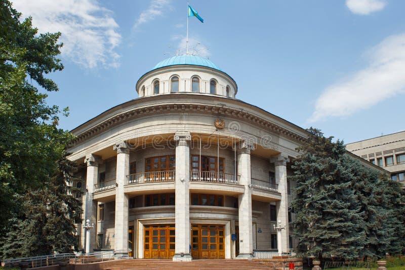 ALMATY KASAKHSTAN - JULI 27, 2017: Byggnaden av akimatadministrationen av det Almalinsky området i mitt av Almaty royaltyfri bild