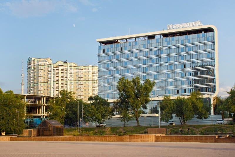 ALMATY KASAKHSTAN - JULI 27, 2017: Sikt av den hotell'Novotel 'byggnaden i mitt av Almaty arkivfoto