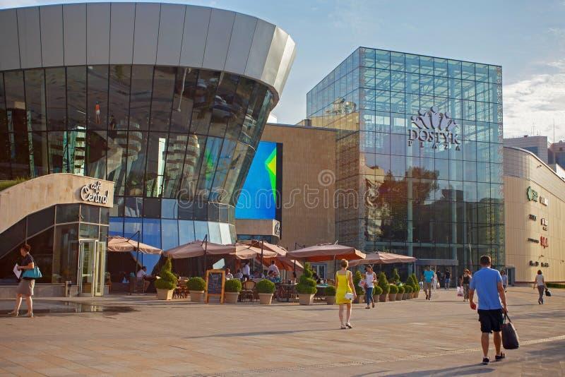 ALMATY KASAKHSTAN - JULI 27, 2017: Sikt av den moderna köpcentrumDostyk plazaen i mitt av Almaty på sommartid arkivbild