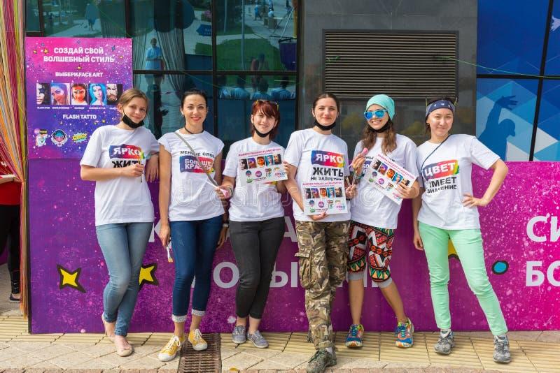 ALMATY KASAKHSTAN - JUNI 10, 2018: okända flickasminkkonstnärer för konkurrensen på den Yarkokros festivalen nära fotografering för bildbyråer