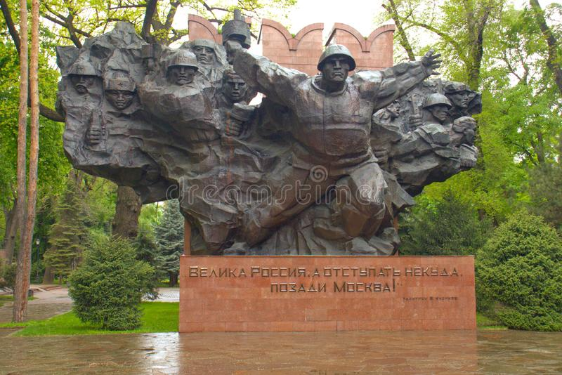 Almaty Kasakhstan - Maj 2, 2019: Historisk staty i staden arkivbild