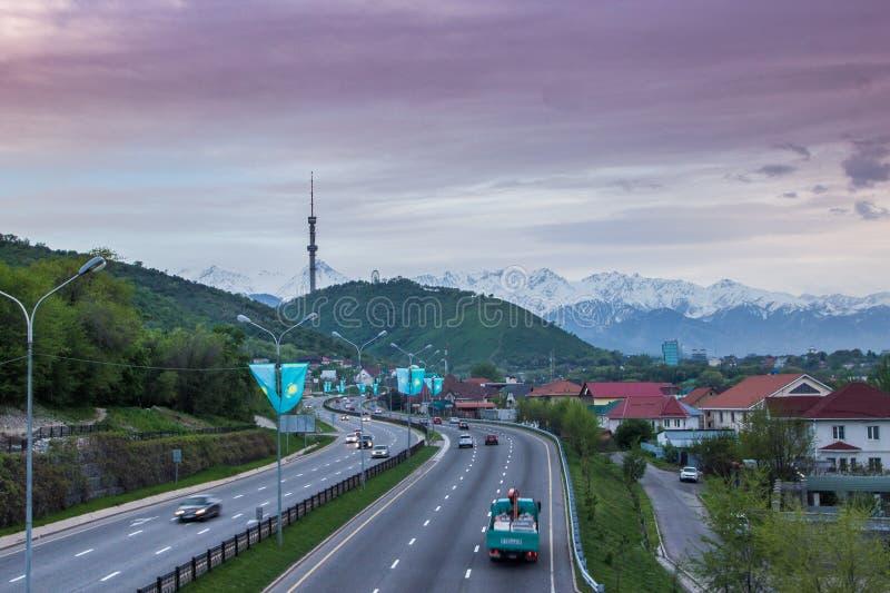 ALMATY KASAKHSTAN - MAJ 6: Kok Tobe kulle och TVtorn Staden tävlar arkivfoto